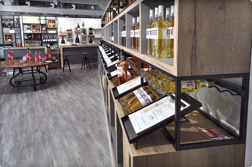 REYNIER Agenceur caveau dégustation présentoir mural théatralisation bouteilles
