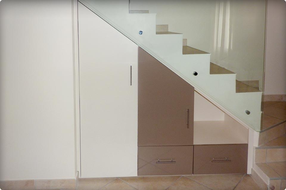 Un placard sous un escalier
