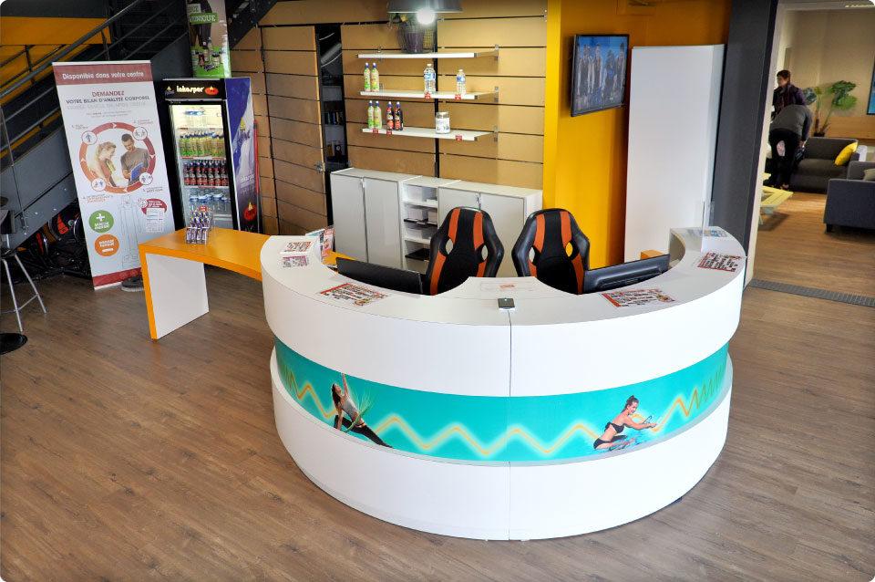 REYNIER Agenceur banque d'accueil salle de sport comptoir cylindrique