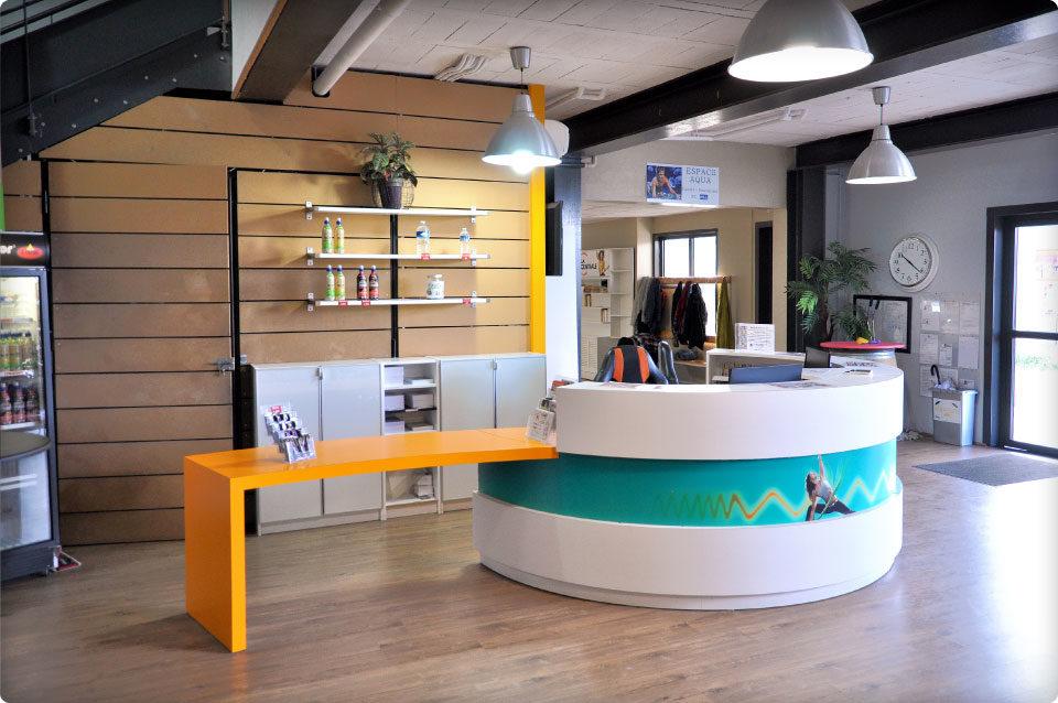REYNIER Agenceur banque d'accueil salle de sport double comptoir