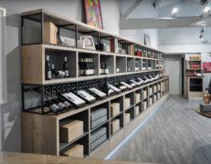 REYNIER Agenceur caveau dégustation présentoir mural bouteilles et cartons